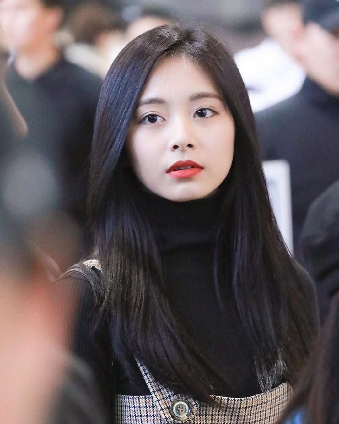 Trong một lần ra sân bay với kiểu làm đẹp tóc đen, môi đỏ, Tzuyu được nhận xét trông như Bạch Tuyết.