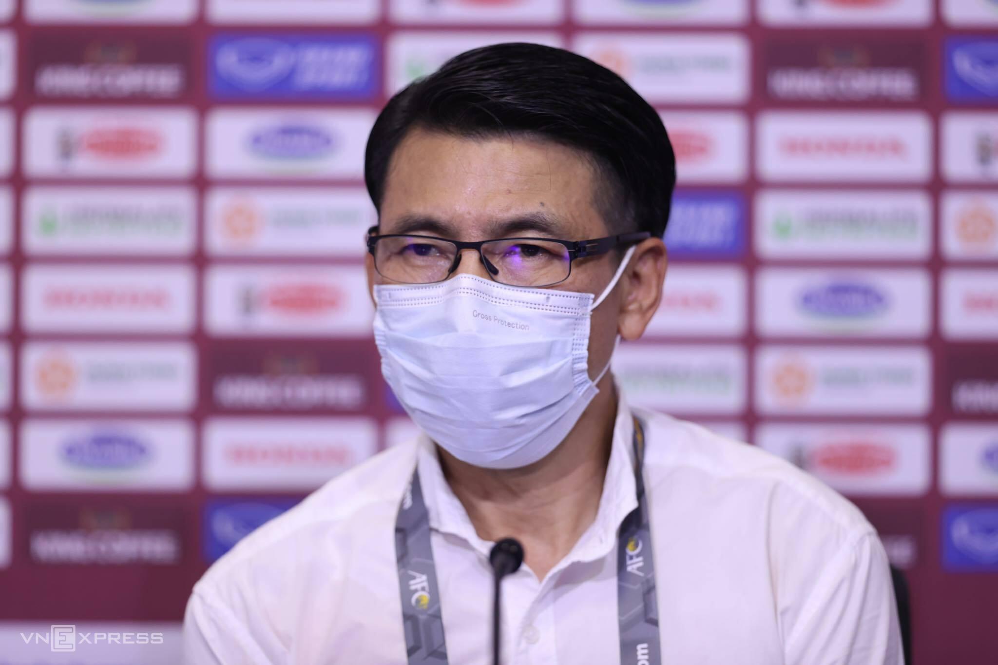 HLV Tan Cheng Hoe không giấu nét buồn khi họp báo sau trân thua tuyển Việt Nam 1-2 trên sân Al Marktoum, Dubai hôm 11/6. Ảnh:Lâm Thoả