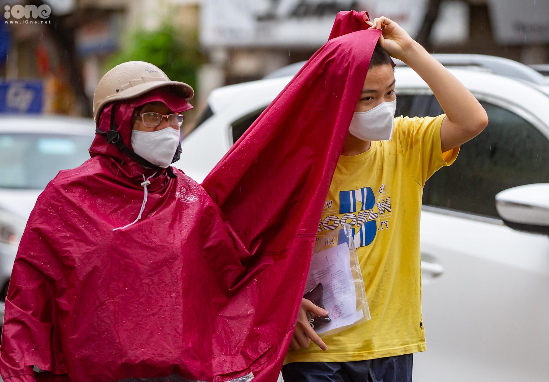 Cơn mưa sáng khiến các phụ huynh đưa con đến trường gặp nhiều khó khăn.
