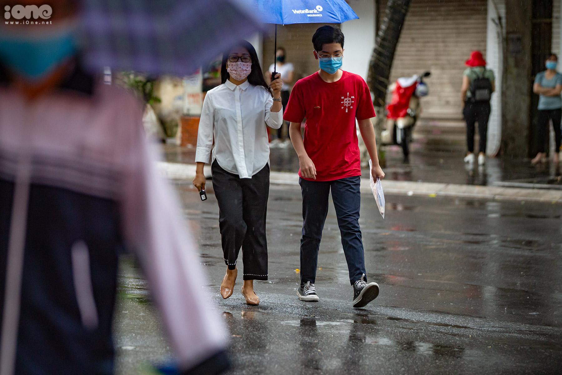 Phụ huynh đội mưa đưa con đến trường.