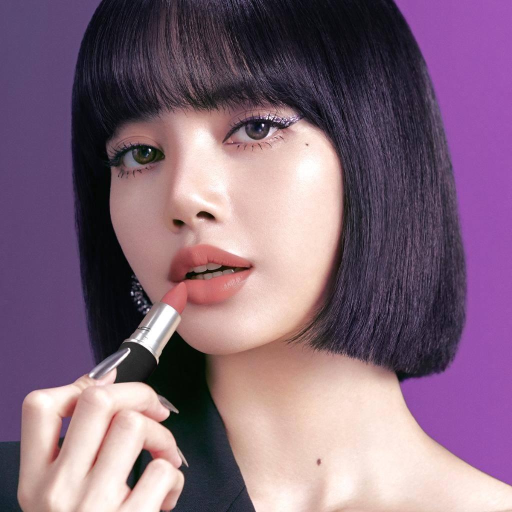 Dù rất xinh đẹp, việc Lisa giữ phong cách một màu khiến cô khó tạo nên sự bùng nổ trên mạng xã hội. Người hâm mộ cũng ít kỳ vọng vào sự đột phá, mới mẻ của cô nàng qua mỗi chiến dịch khác nhau.