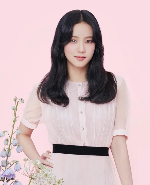 Ji Soo biểu cảm dịu dàng trong những shoot hình ngập tràn hoa lá, tôn lên vẻ đẹp như nàng thơ. Nữ idol  lens best seller gắn liền với tên của mình: Viviring 1Day Brown