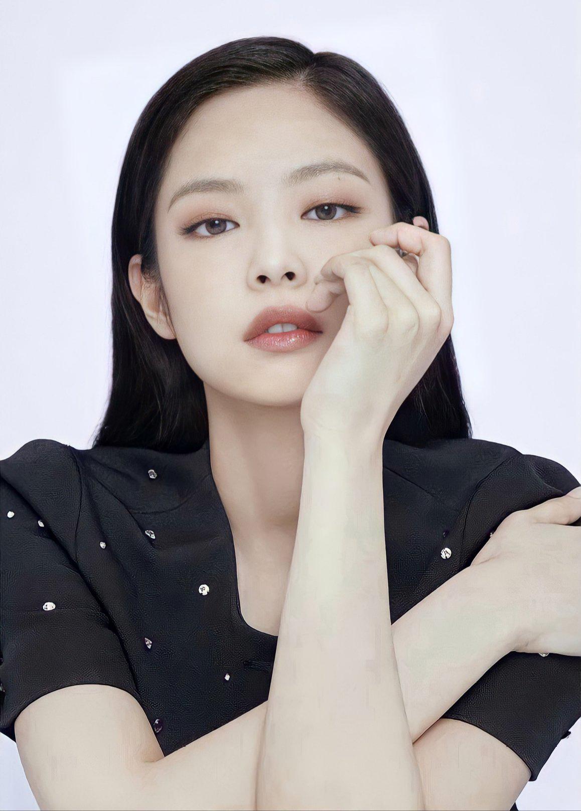 Vốn có khả năng diễn xuất cực đỉnh bằng ánh mắt, Jennie cực hợp với những shoot hình beauty thiên về vẻ tự nhiên này.