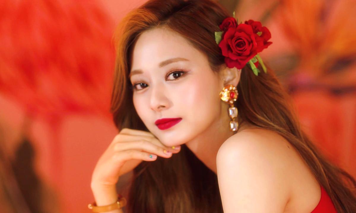 Cài hoa lên tóc là kiểu làm đẹp được các idol Hàn yêu thích nhiều năm qua. Gần đây, Twice tiếp tục mang xu hướng này gây sốt trở lại với diện mạo long lanh trong MV Alcohol-Free. Tzuyu được khen đẹp như nữ thần khi trang điểm môi đỏ rực rỡ, mái tóc được tô điểm bằng những đóa hồng nhung nổi bật.