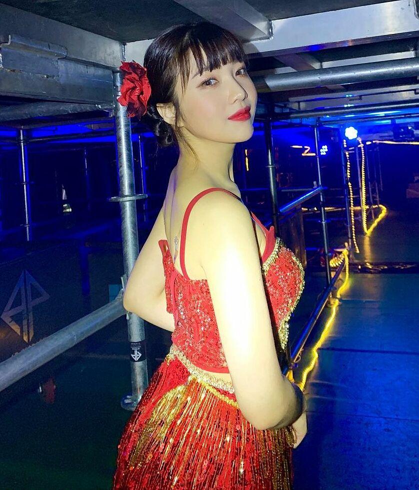 Joy hóa cô vũ nữ gợi cảm, tràn đầy sức sống với trang phục tua rua, tông xuyệt tông cùng hoa đỏ cài tóc.