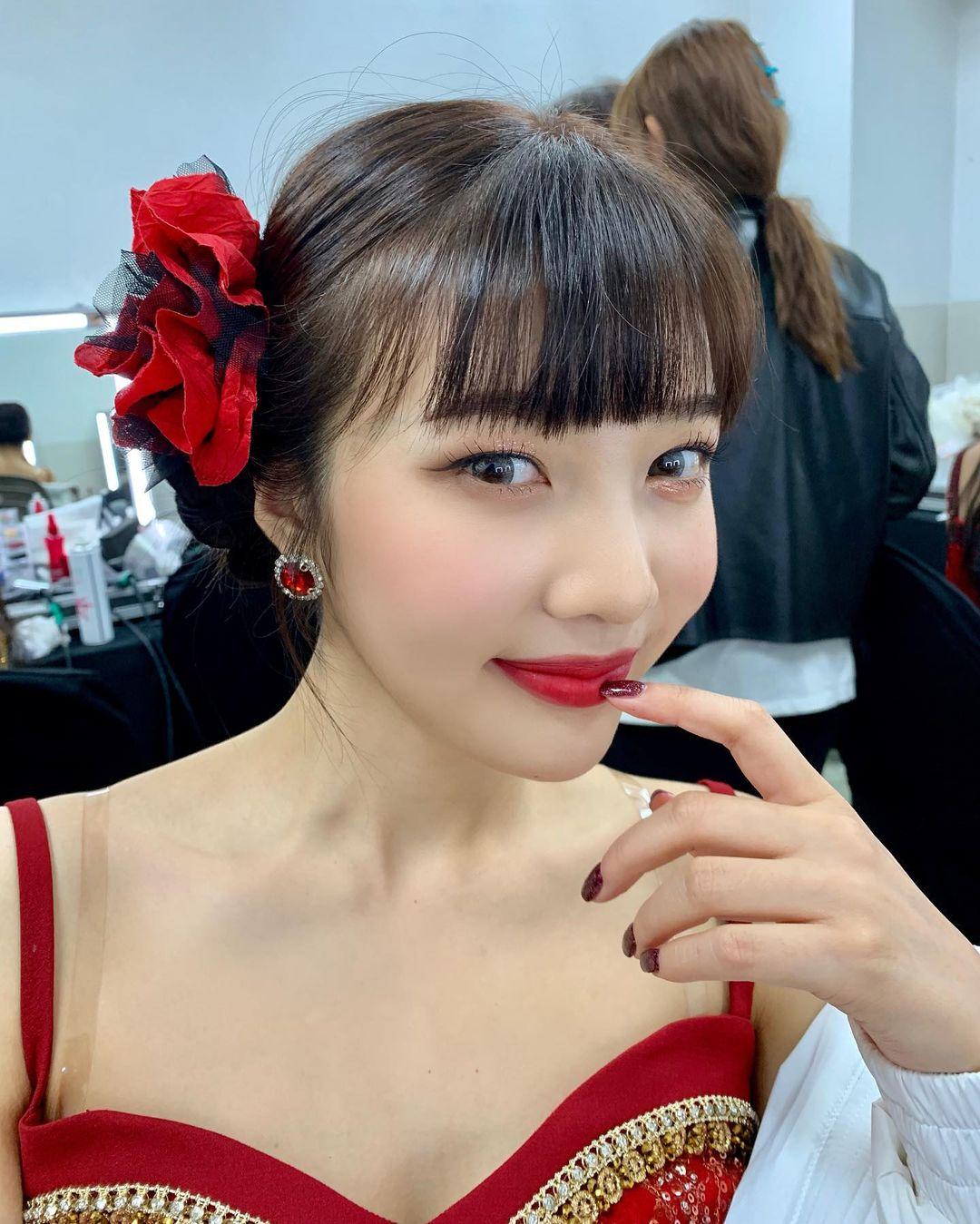 Nữ idol cũng khéo chọn lối trang điểm da trắng, môi đỏ rực rỡ để nhan sắc càng thêm yêu kiều.