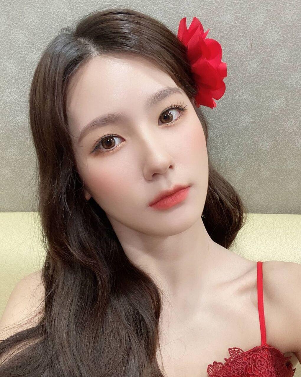 Với kiểu tóc đơn giản, Mi Yeon chỉ cần nhấn nhá bằng chiếc kẹp nổi bật là lập tức trông xinh như công chúa.