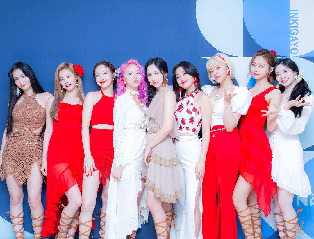 Trong đợt comeback với MV Alcolhol-Free, Twice được khen có phần nhìn mãn nhãn với những bộ trang phục thời thượng và bắt mắt. Tuy nhiên giữa dàn idol đẹp đều, Jeong Yeon bị nhận xét là có diện mạo bị dìm hơn cả. Gần đây, cô nàng tăng cân trông thấy, thân hình tròn trịa hơn nên cũng khó khăn hơn trong việc chọn trang phục phù hợp vóc dáng. Tuy nhiên thay vì những bộ cánh giấu nhược điểm, stylist của Twice thậm chí còn khiến cô lộ khuyết điểm rõ hơn.