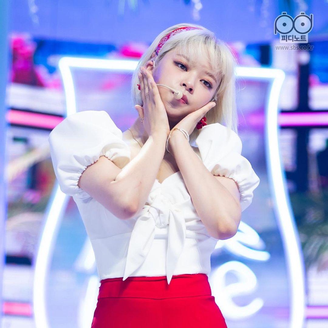 Trang phục của Jeong Yeon gần đây luôn có thiết kế kiểu tay bồng. Tưởng như đây là item để giúp nữ idol giấu bắp tay to nhưng thực tế, lại khiến phần vai ngang khá thô của cô nàng thêm lộ rõ.