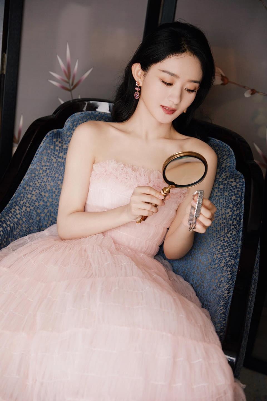Chưa dừng lại ở đó, người đẹp còn muốn cả thiên hạ biết mình đang quảng cáo đồng hồ bằng cách dùng kính lúp tạo dáng có tâm hết sức.