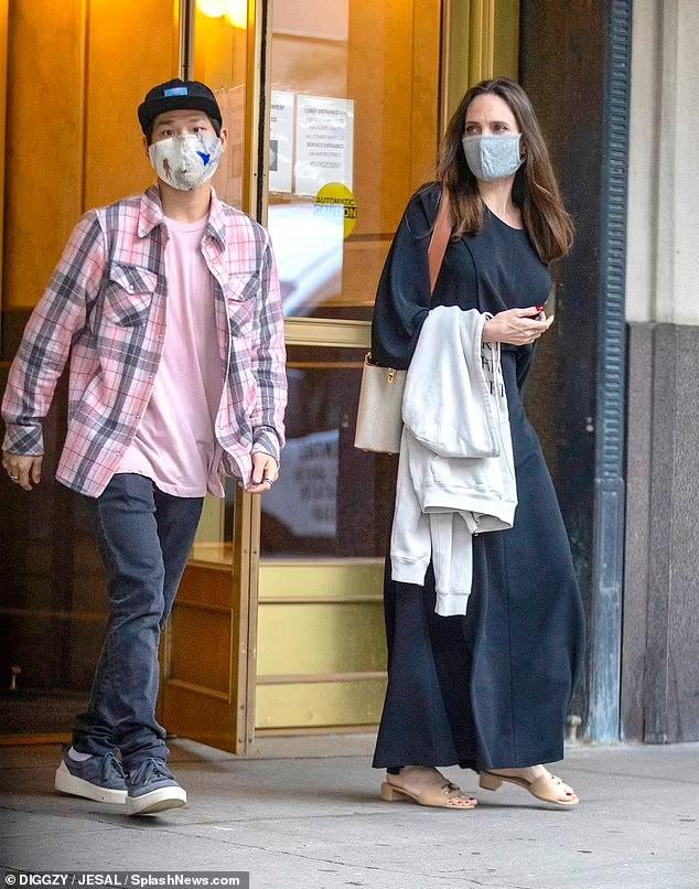Angelina Jolie và con trai Pax Thiên đến căn hộ của Miller. Ảnh: SplashNews.