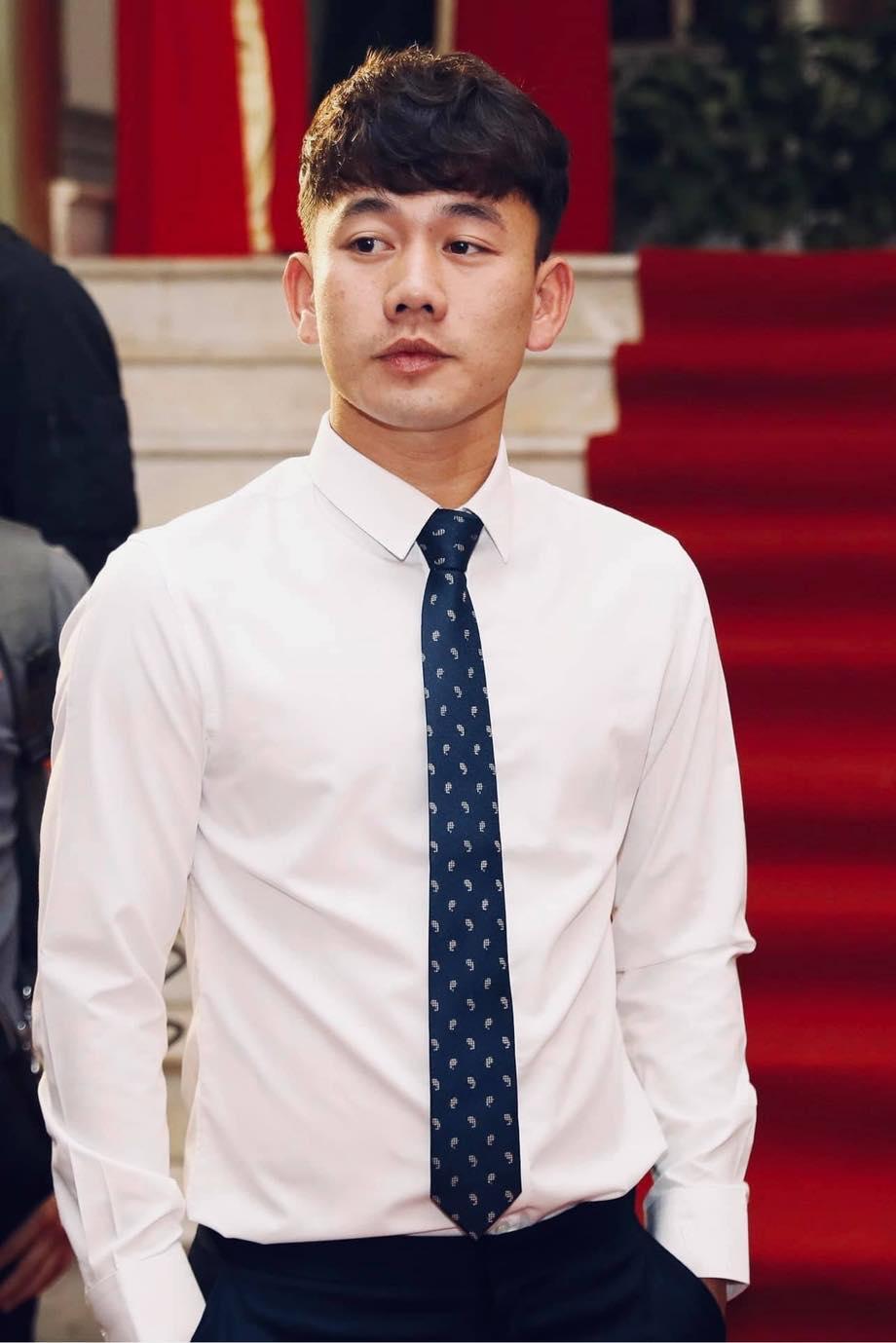 Minh Vương bảnh bao khi diện sơ mi, quần tay, thắt cà vạt.