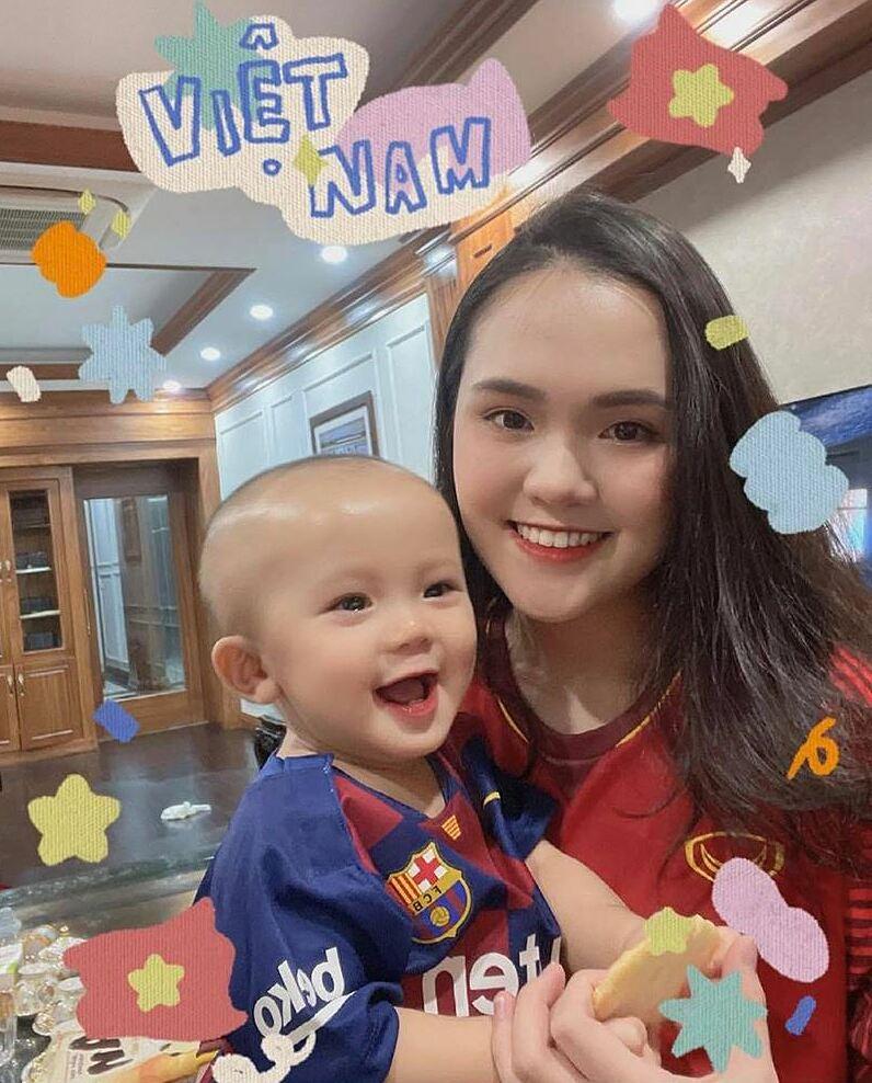 Quỳnh Anh và con trai ủng hộ Duy Mạnh từ xa.