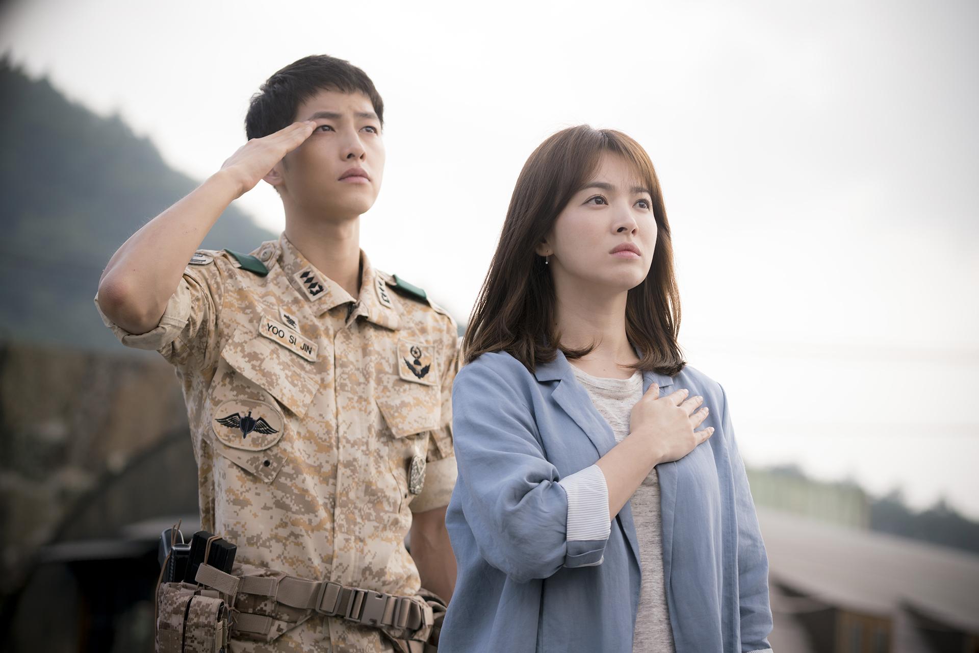 Song Joong Ki không chỉ là bạn diễn mà còn là chồng cũ của Song Hye Kyo. Hai người từng hợp tác trong siêu phẩm Hậu duệ mặt trời (Descendants of the Sun). Song Joong Ki là một trong những sao hạng A đình đám của Hàn Quốc, đóng phim nào cũng  được quan tâm đặc biệt.