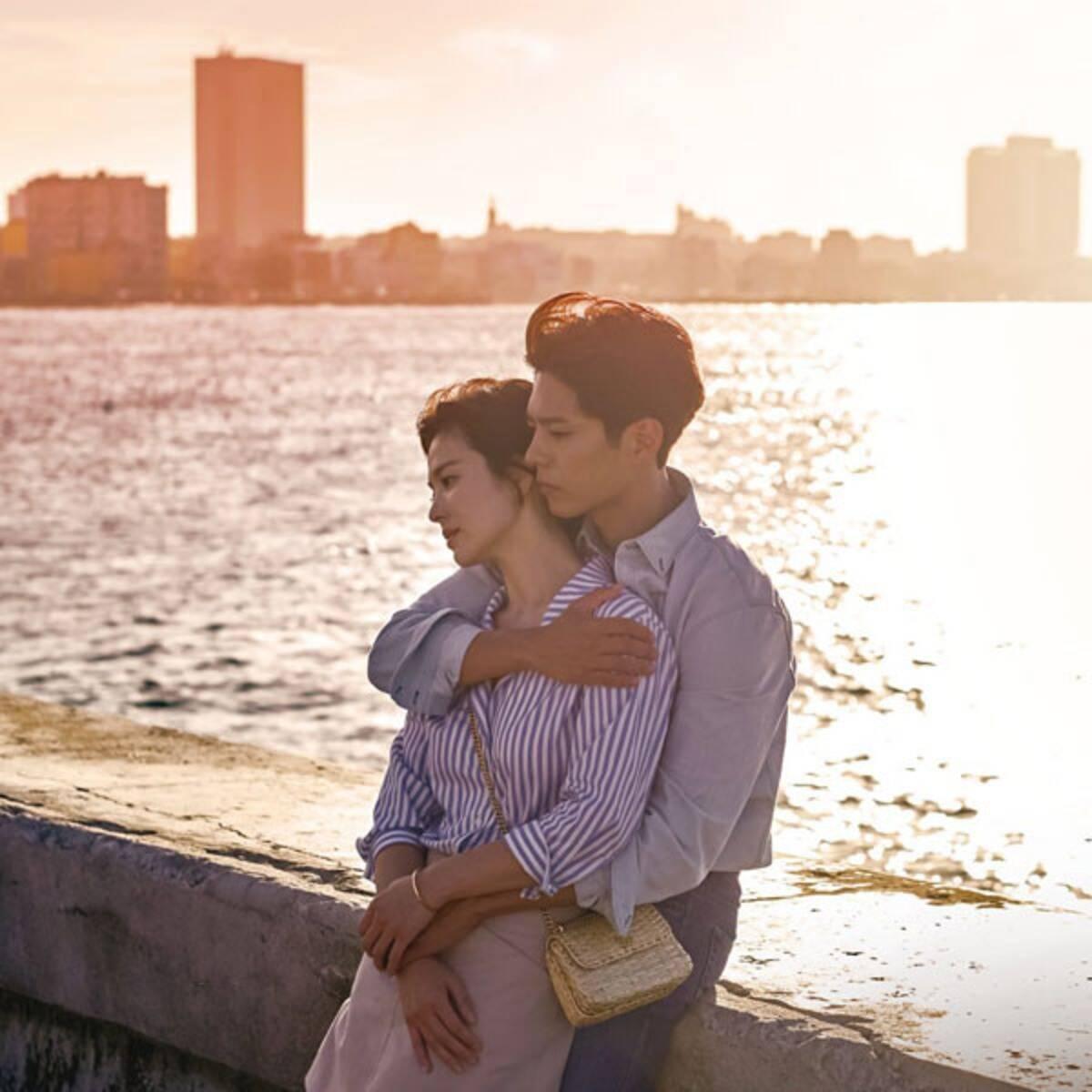Park Bo Gum và Song Hye Kyo đóng cặp trong Encounter. Nam diễn viên 9x được ví von là quốc bảo mới của màn ảnh Hàn, gây ấn tượng với vẻ ngoài tươi sáng, rạng rỡ. Park Bo Gum có lượng fan đông đảo sau khi góp mặt trong các phim Reply 1988, Mây họa ánh trăng, I Remember You.