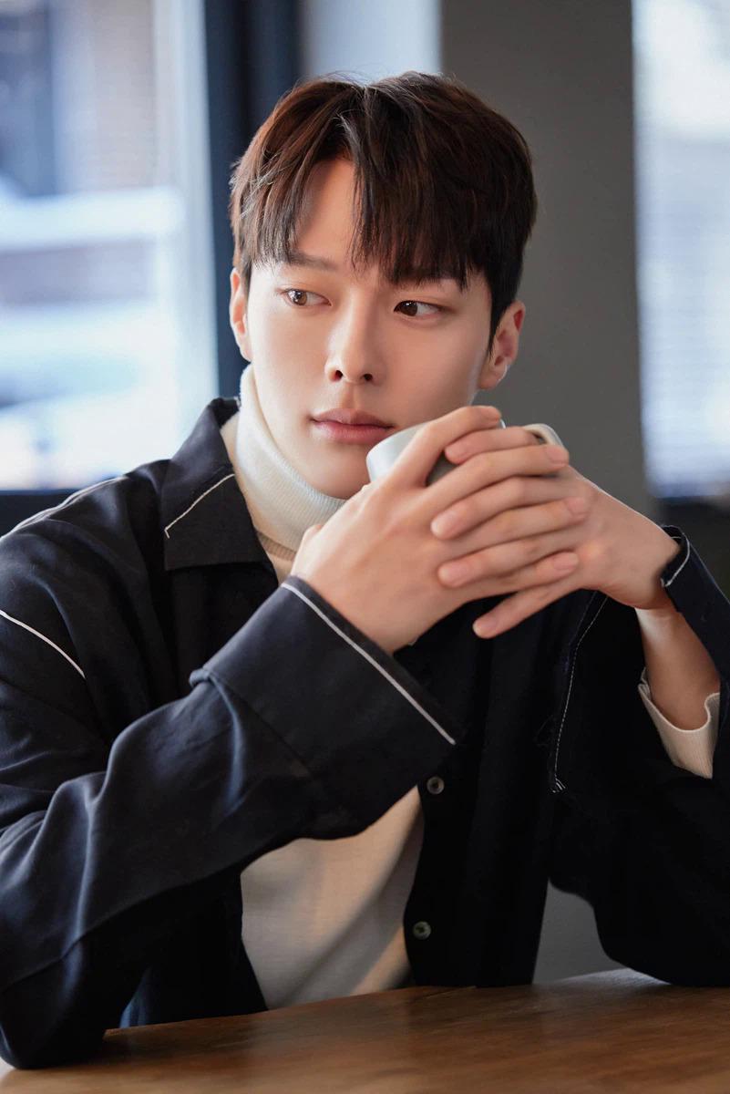 Jang Ki Yong sinh năm 1992, kém đàn chị 11 tuổi, được khen ngợi bởi ngoại hình bắt mắt và diễn xuất tốt. Anh nổi tiếng với My Mister, Come and Hug Me, Kill It.