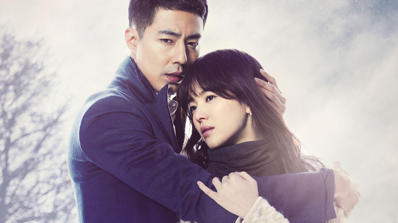 Một bạn diễn cực phẩm khác của Song Hye Kyo là Jo In Sung. Bộ phim Gió đông năm ấy (That Winter, the Wind Blows) do cả hai đóng chính cũng trở thành hit của năm 2013. Nội dung phim kể về mối tình của hai con người đau khổ, phải chịu nhiều tổn thương, bất hạnh trong tình cảm. Jo In Sung là nam diễn viên có lượng fan đông đảo tại Hàn Quốc. Anh không chỉ nổi tiếng đẹp trai, đóng phim tốt mà còn được khen vì có nhân cách vàng, chưa từng vướng scandal đời tư.