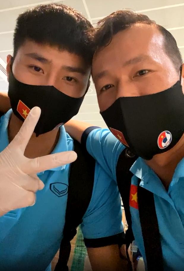 Thủ môn Tấn Trường liên tục khoe ảnh selfie, livestream cùng đồng đội tại sân bay.