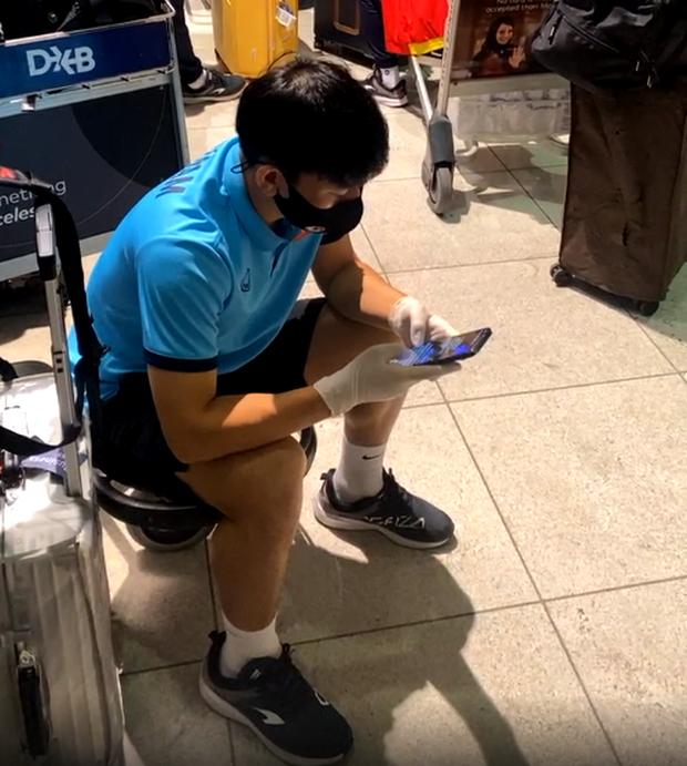 Minh Vương chờ làm thủ tục ở sân bay. Dự kiến, các cầu thủ sẽ đáp tại TP HCM vào khoảng hơn 9 sáng nay. Họ sẽ thực hiện cách ly y tế 7 ngày, được Bộ Y tế cho phép vì đủ điều kiện. Với việc này, các cầu thủ sẽ sớm trở lại với các giải đấu hơn.