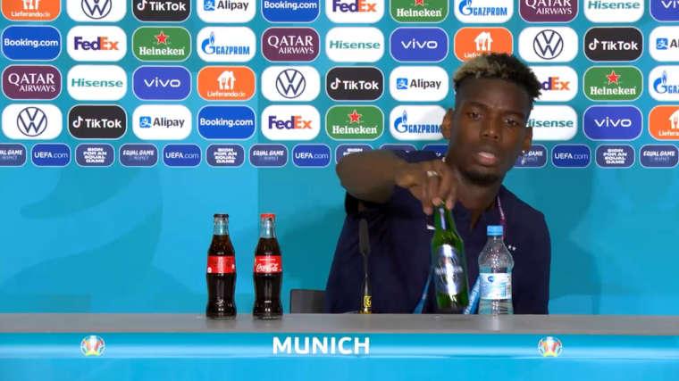 Paul Pogba của đội tuyển Pháp bỏ chai bia của nhà tài trợ.