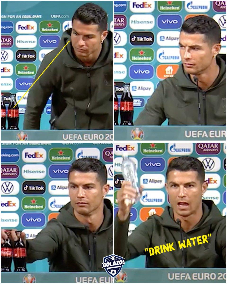 Ronaldo bỏ hai chai Coca-Cola khỏi bàn đang ngồi.
