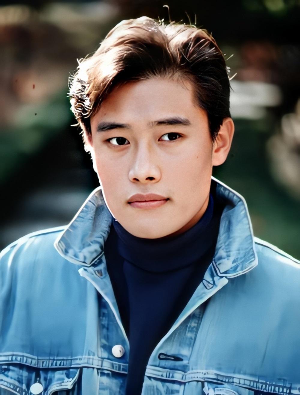 Lee Byung Hun là một tài tử tiếng tăm của Hàn Quốc, là một trong những diễn viên Hàn hiếm hoi thành danh tại Hollywood. Lee Byung Hun nổi tiếng với gương mặt phong trần, cơ thể nam tính, quyến rũ. Sau khi hợp tác trong All In, Lee Byung Hun và Song Hye Kyo còn công khai hẹn hò.