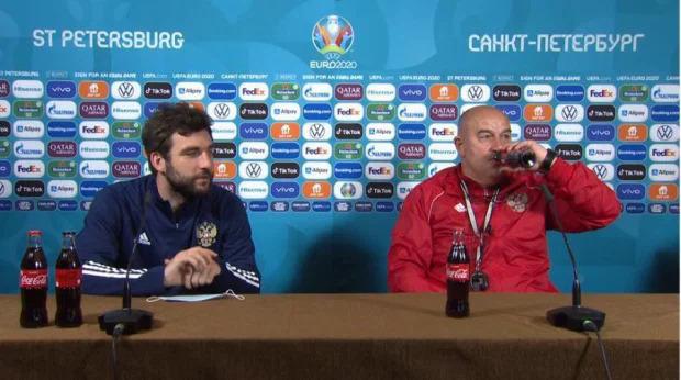 HLV Stanislav Cherchesov uống coca tại buổi họp báo.
