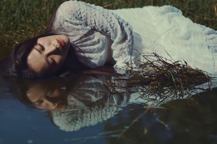Phùng Khánh Linh ngâm mình dưới nước.