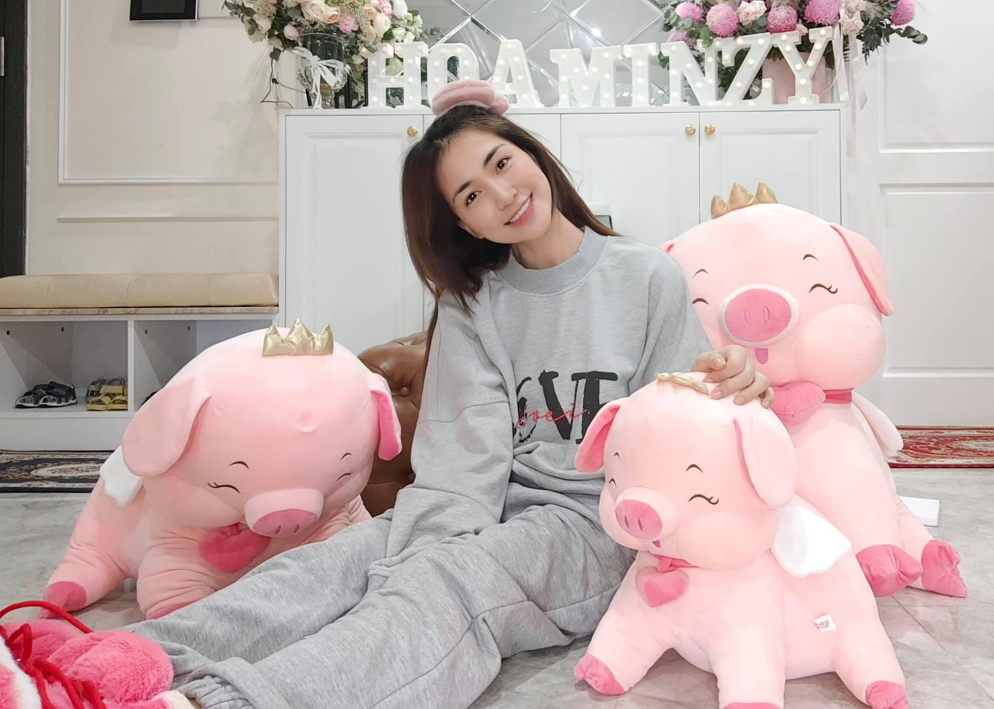 Hòa Minzy đã là mẹ trẻ con nhưng khi ở nhà vẫn cute phô mai que hết cỡ.