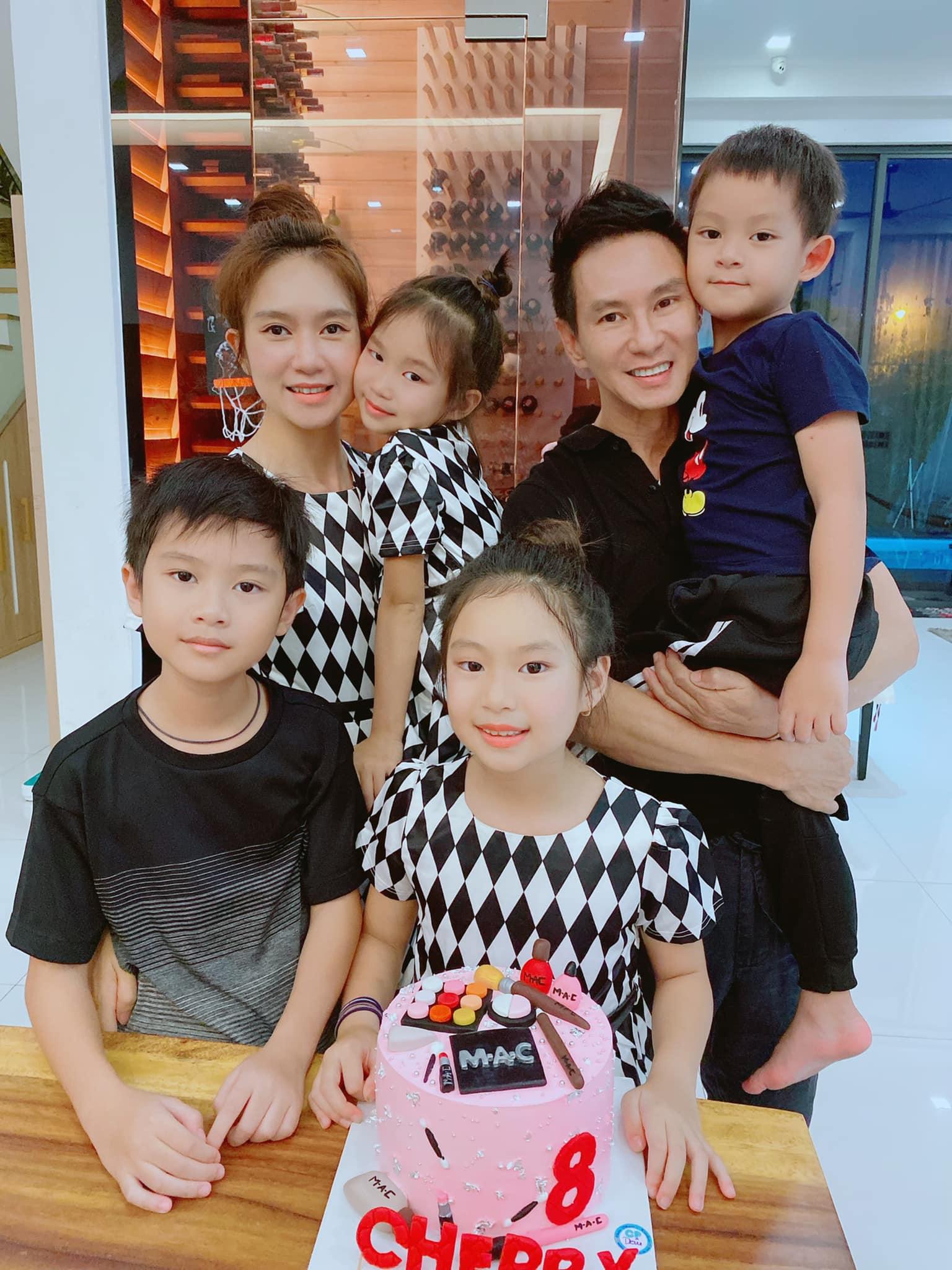 Gia đình Lý Hải - Minh Hà mặc tông xuyệt tông mừng sinh nhật 8 tuổi của bé Cherry.