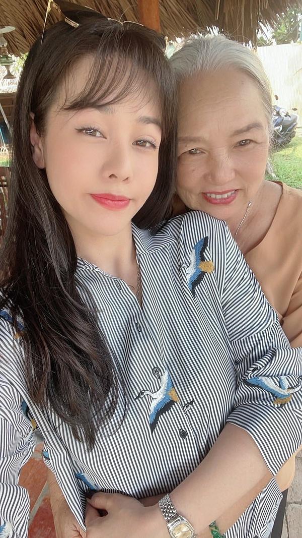 Nhật Kim Anh bên mẹ.