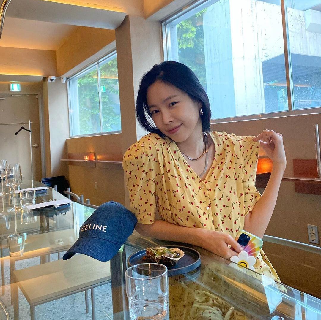 Son Na Eun thường để mặt mộc hoặc trang điểm nhẹ như không để tôn vẻ đẹp tự nhiên.