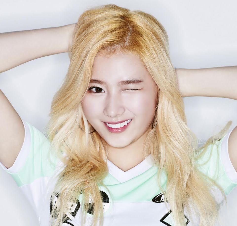 Hồi mới debut, Sana theo đuổi hình tượng cá tính và khỏe khoắn. Cô nàng thường để tóc sáng màu, trang điểm mắt đậm và trung thành cùng dáng lông mày ngang.