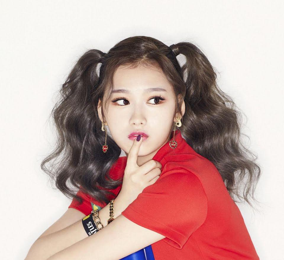 Dù vậy, đây chưa thực sự là dáng lông mày phù hợp với nữ idol. Hàng mày quá rậm, dày và dáng ngang khiến gương mặt Sana thiếu sự nhẹ nhàng, thanh thoát.