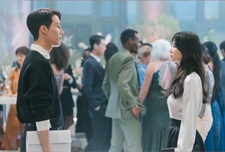 Jang Ki Yong là nam diễn viên mới nhất được Song Hye Kyo kết nạp vào hội bạn diễn cực phẩm. Dự án của hai người là Now, we are breaking up rất được quan tâm. Jang Ki Yong sinh năm 1992, nổi tiếng với My Mister, Come and Hug Me, Kill It. Anh được khen ngợi không chỉ có ngoại hình bắt mắt mà diễn xuất cũng rất tốt.