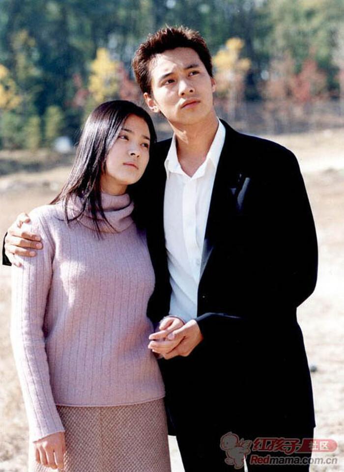 Song Hye Kyo nổi đình đám khắp châu Á cùng bộ phim Trái tim mùa thu. Bộ phim lấy đi nước mắt của nhiều khán giả với chuyện tình tay tư rắc rối giữa hai anh em không cùng huyết thống Yun Joon Suh (Song Seung Hun) - Eun Suh (Song Hye Kyo) cùng với anh giám đốc bảnh trai Han Tae Suk (Won Bin) và cô gái Shin Yumi (Han Na Na). Dù kết phim vai của Song Hye Kyo và Won Bin không đến được với nhau nhưng cặp đôi này nhận được sự ủng hộ của đông đảo khán giả. Hai người trong phim quá đẹp đôi với nhau, mối quan hệ giữa một cô gái ngây thơ, hiền lành và anh chàng công tử nhà giàu si tình bá đạo là motif hấp dẫn.
