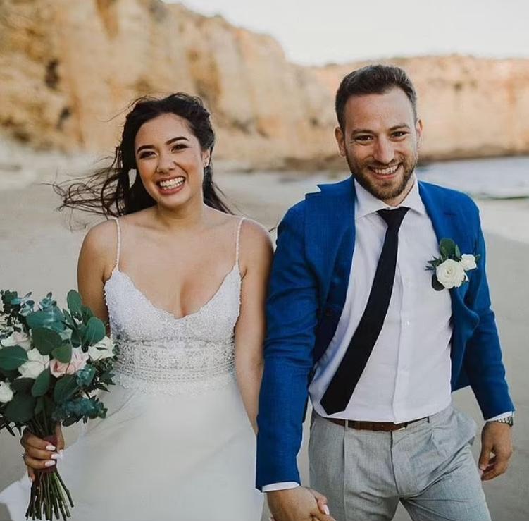 Hình ảnh hạnh phúc của cặp vợ chồng trong lễ cưới.