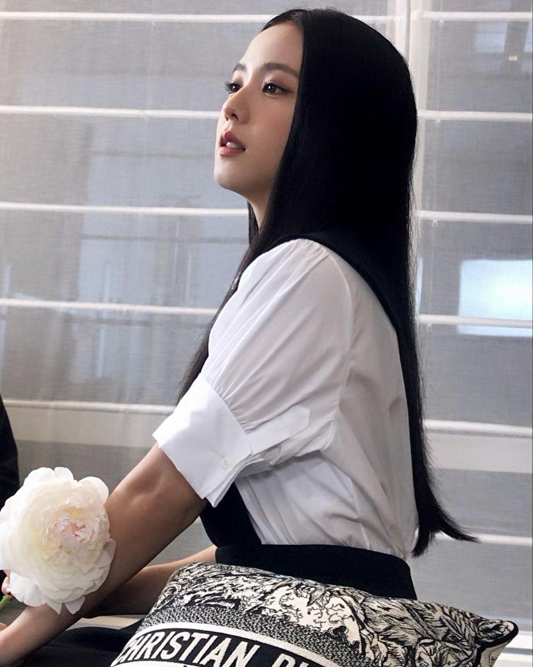 Kết hợp cùng kiểu tóc đen đơn giản rẽ ngôi giữa, nữ idol gây sốt với dung mạo yêu kiều tựa búp bê. Chỉ với những bức ảnh chụp bằng điện thoại, visual của Black Pink đã khoe được thần thái ngút ngàn.