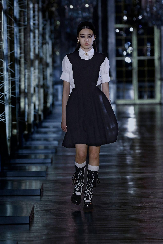 Thiết kế Ji Soo mặc nằm trong BST Dior Dior Fall 2021. Đây là bộ sưu tập mà nhà mốt cao cấp nước Pháp giới thiệu là được truyền cảm hứng từ nàng visual của Black Pink.