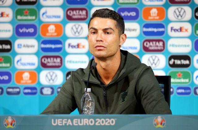 Hai ngôi sao Ronaldo và Pogba phủ sóng khắp truyền thông thế giới với hành động gạt sản phẩm của nhà tài trợ Euro 2020
