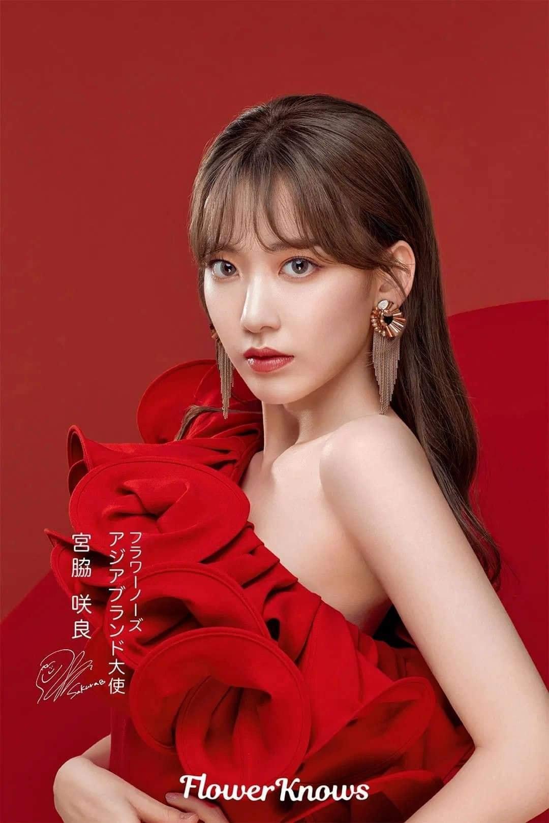 Sakura vừa được bổ nhiệm làm Đại sứ khu vực châu Á cho thương hiệu mỹ phẩm xuất xứ từ Trung Quốc Flower Knows. Trong bộ hình đầu tiên quảng bá cho nhãn hàng vừa được tung ra, nữ idol người Nhật diện bộ váy đỏ lệch vai đầy quyến rũ, kết hợp cùng lối trang điểm trưởng thành.