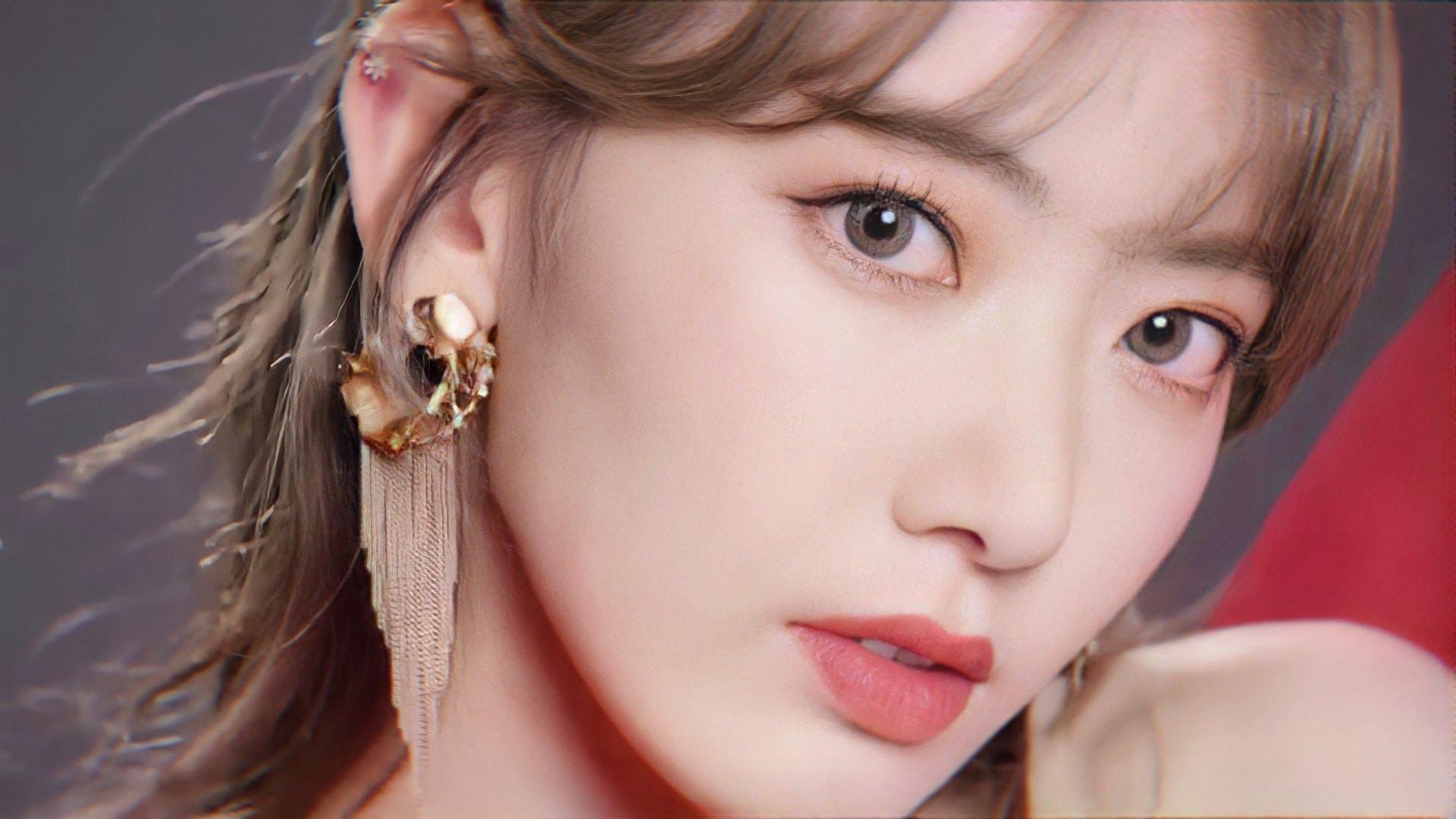 Nhiều người lên tiếng bảo vệ Sakura, cho rằng cô trông kém sắc vì hình ảnh quảng bá cũng bị chỉnh sửa quá đà. Kiểu makeup Trung Quốc cũng chưa thực sự phù hợp với dung mạo của nữ idol nên mới khiến cô kém sắc như vậy.