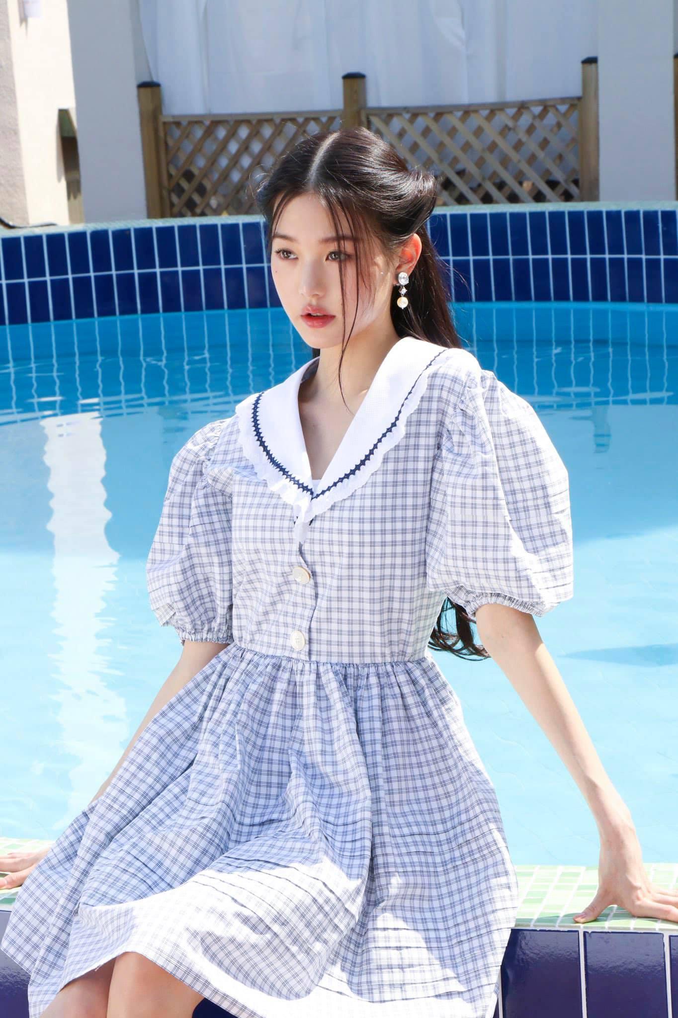 Trong loạt ảnh mới thực hiện cho Vogue hợp tác cùng thương hiệu thời trang Miu Miu, Jang Won Young gây ấn tượng với vẻ đẹp kiêu sa, ngọt ngào. Vốn là một Miu Miu Girl, mỹ nhân IZONE có visual đậm chất tiểu thư, rất phù hợp với những thiết kế nữ tính của nhà mốt cao cấp.