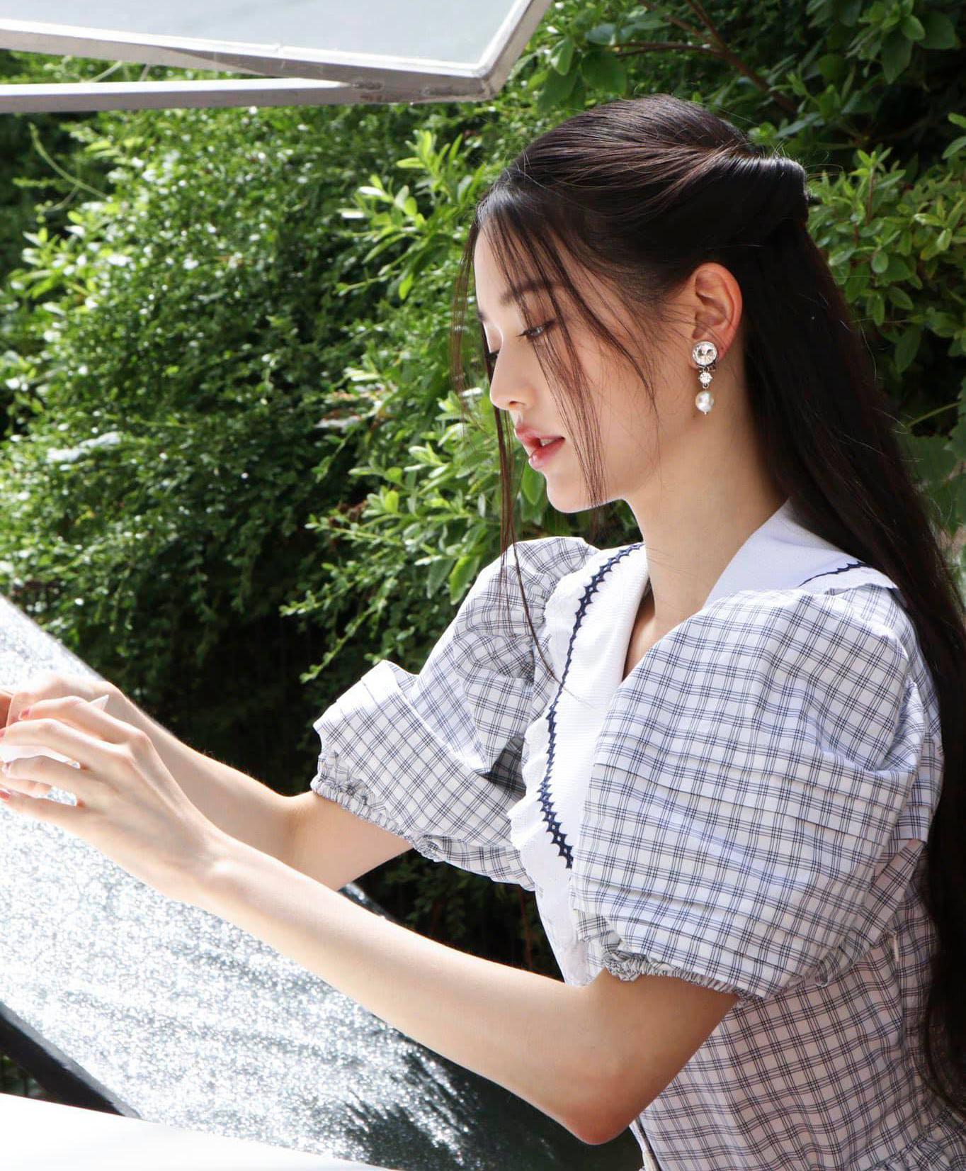 Mặc đầm tay bồng, để tóc buộc nửa lòa xòa và đeo trang sức lấp lánh, nữ idol 17 tuổi được khen toát lên khí chất thanh cao đúng kiểu tiểu thư khuê các.
