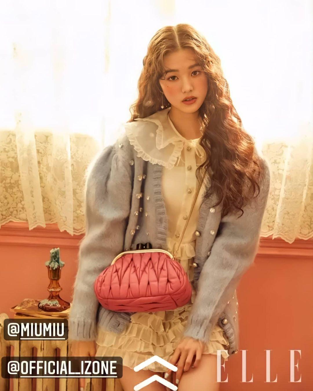 Won Young vốn là một trong những idol có visual nổi bật nhất gen 4. Mới 17 tuổi, cô nàng đã được nhiều thương hiệu cao cấp chọn mặt gửi vàng, trong đó có Miu Miu. Trong những bộ hình hợp tác trước đây cùng nhà mốt này, Won Young cũng nhận được nhiều lời khen ngợi.