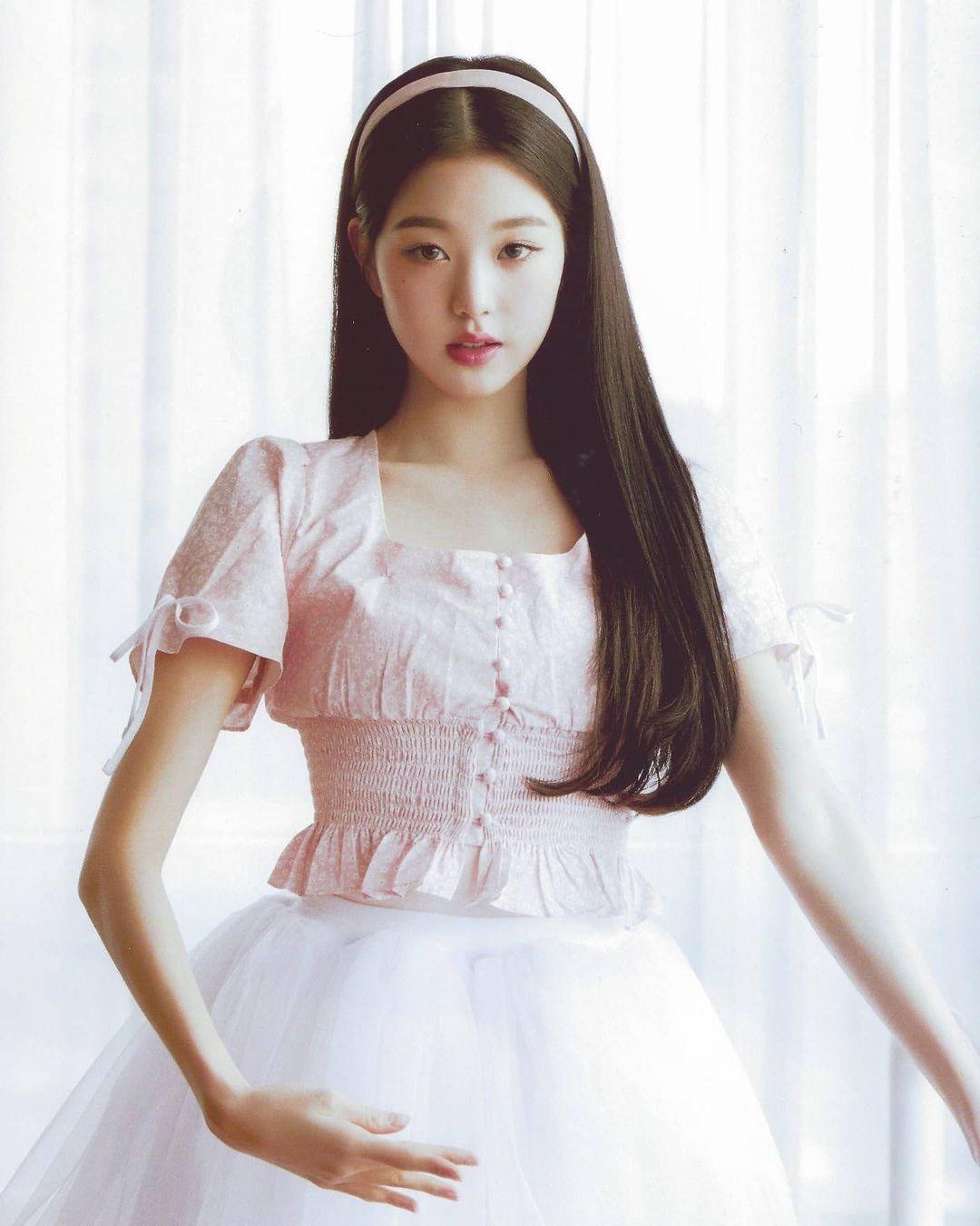 Với nét đẹp mong manh, nhẹ nhàng, mỹ nhân IZONE dường như sinh ra để diện váy áo tiểu thư.