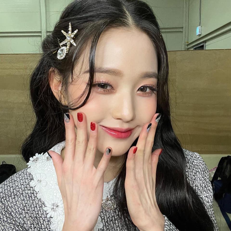 Nữ idol hợp với phong cách trang điểm những tông màu tươi sáng, rạng rỡ, phụ kiện lấp lánh như một nàng công chúa. Jang Won Young xinh xắn đúng độ tuổi teen, toát ra ánh hào quanh lấp lánh của idol Kpop.