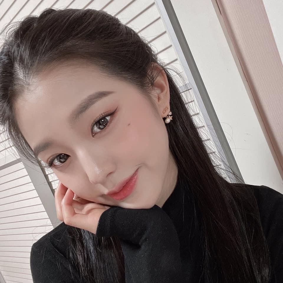 Trong suốt thời gian hoạt động cùng IZONE, Jang Won Young chuộng style make up nhẹ nhàng cùng những kiểu tạo dáng gái ngoan trong những bức ảnh selfie hàng ngày.