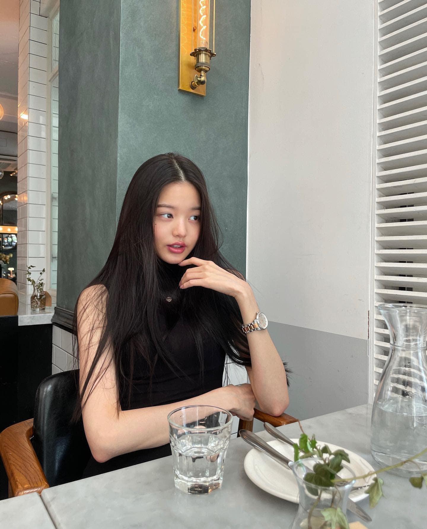 Cô nàng cũng đổi make up, không kẻ mắt mà chú trọng vào đôi môi căng mọng đầy gợi cảm. Hình ảnh mới của Jang Won Young gây ra nhiều ý kiến trái chiều, người khen đẳng cấp, người chê là chín ép già dặn quá tuổi.