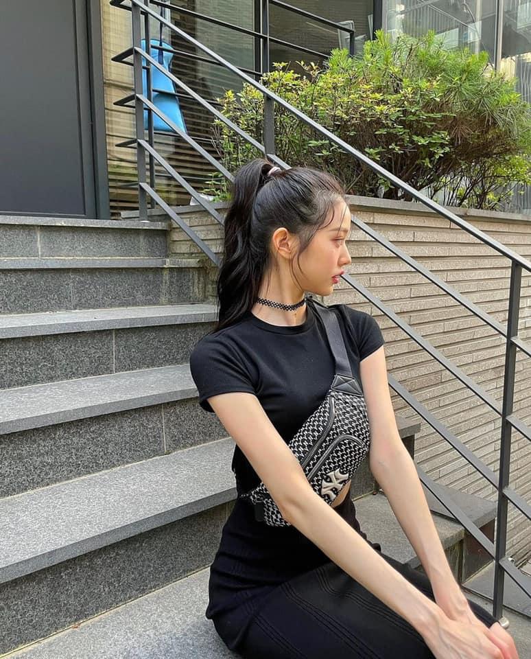 Jang Won Young cũng khiến nhiều người lo lắng vì thân hình gầy gò quá đáng, cánh tay nhỏ xíu, lộ đường gân xanh.